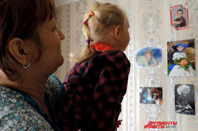 Татьяна с Амалией каждый день рассматривают фотографии шестерых братьев и сестричек.