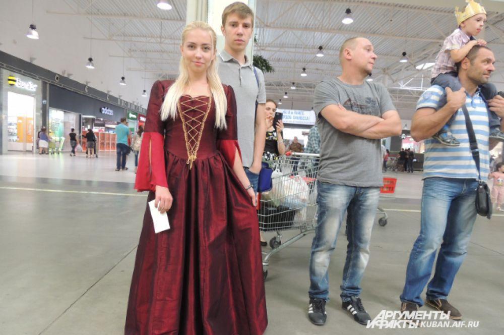 Очередная Дейнерис ждет своей очереди для фото на Железном троне.
