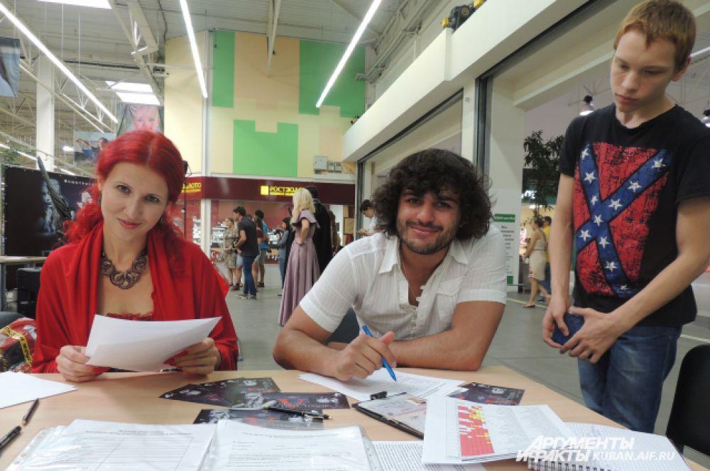 Анна и Алихан заполняют анкеты для участия в кастинге.