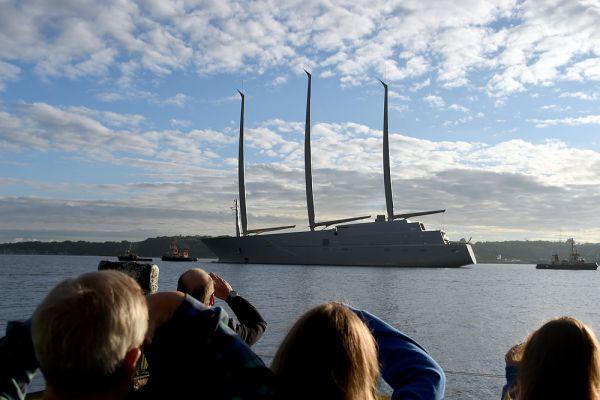 Длина яхты 142 метра, что примерно на треть больше нынешних рекордсменов Eos (93 метра) и Maltese Falcon (88 метров, приобретена, по данным CNBC, в 2006 году предпринимателем Томом Перкинсом).