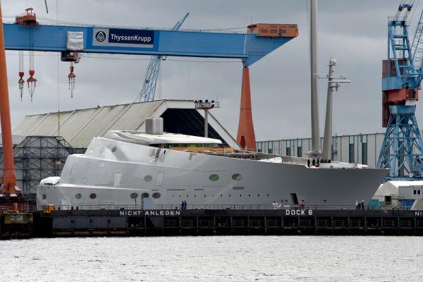 Корабль имеет восемь палуб и рассчитан на 20 гостей и 54 человека экипажа.