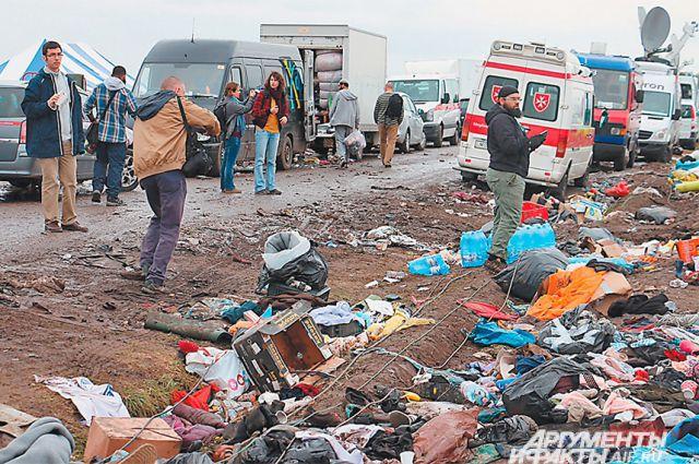 Грязь. Кучи мусора. Так выглядят обочины дорог, по которым проходят беженцы.