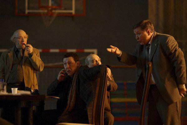 2007 год – «12» Никиты Михалкова. И вновь Никита Михалков. «12» — ремейк классической судебной драмы американского режиссёра Сидни Люмета «Двенадцать разгневанных мужчин», которая, в свою очередь, была поставлена по одноимённой пьесе американского драматурга Реджинальда Роуза. Фильм демонстрировался на 64-м Венецианском кинофестивале, на котором Михалков получил приз «Специальный лев» за вклад в киноискусство. Лента была номинирована на премию «Оскар», но уступила в итоге «Фальшивомонетчикам» Штефана Руцовицки.