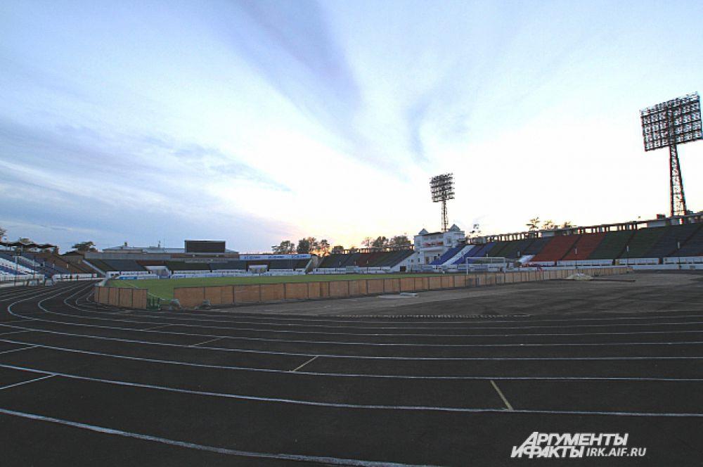 Самый большой городской стадион станет площадкой для матча «Байкал - ЦСКА» 23 сентября. Меньше чем за сутки до начала турнира готовность стадиона под сомнением.