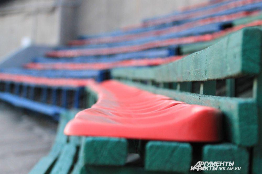 Зимой на открытом стадионе на пластике долго не усидишь. Удобнее и теплее на обычных деревянных лавках.