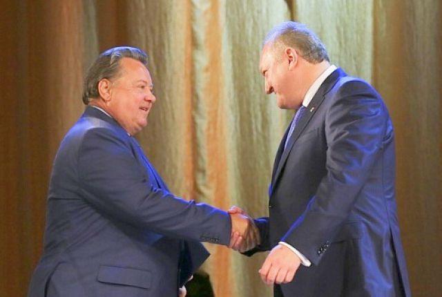Борис Невзоров поздравляет Владимира Илюхина с вступлением в должность губернатора