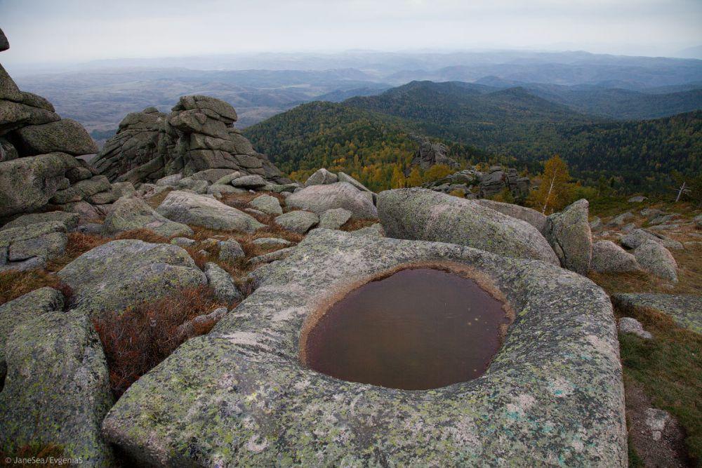 Фотография каменной чаши на вершине горы должна быть в архиве каждого путешественника.