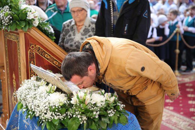 Поклониться святыне пришли сотни жителей Ханты-Мансийска.