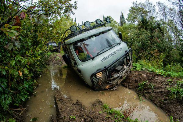 Дорога в заповедник стала настоящим испытанием для техники и водителей.