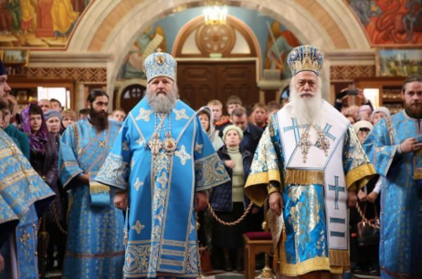 Митрополиты Павел и Пантелеимон начинают Божественную литургию.