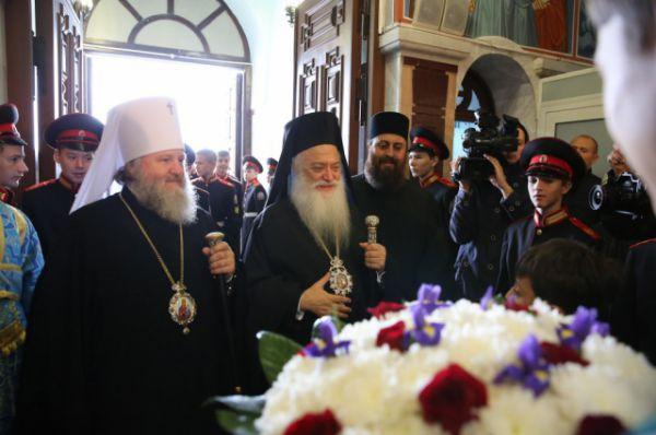 Митрополит Ханты-Мансийский и Сургутский Павел и митрополит Верии, Науссы и Кампании Пантелеимон входят в храм.
