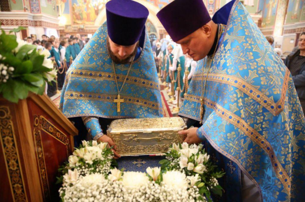 Ковчег с десницей Димитрия Солунского вносят в храм.