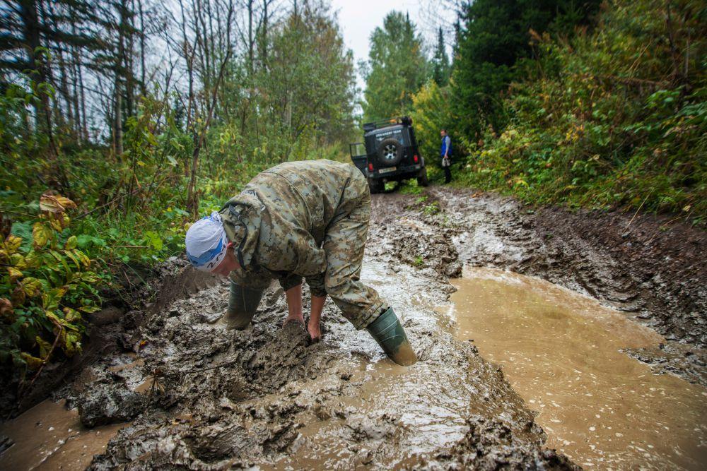 Командир экипажа Александр Чернюк строит дорогу в лесу.