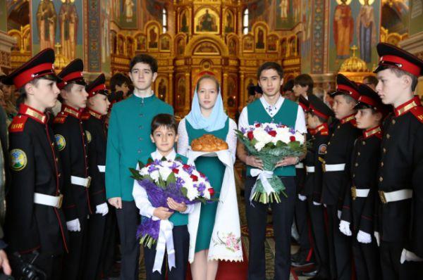 Учащиеся православной гимназии и кадетских классов встречают святыню в Воскресенском кафедральном соборе.