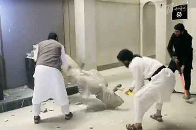 Террористы ИГИЛ разрушают памятник.