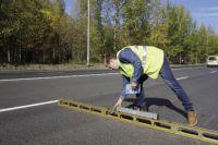 Ремонт по ул. Лянгасовва уже закончили. Сейчас специалисты дорожной лаборатории проверяют ровность асфальта.