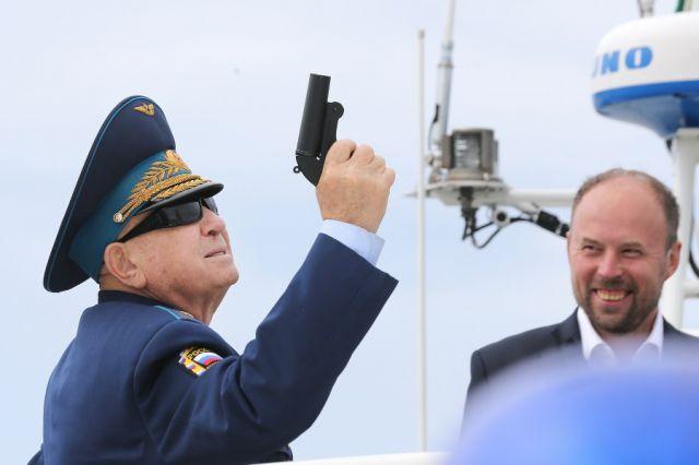 Алексей Леонов дает старт водной регате в Калининграде.