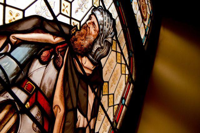 Витраж, на котором изображен рыцарь-тамплиер.