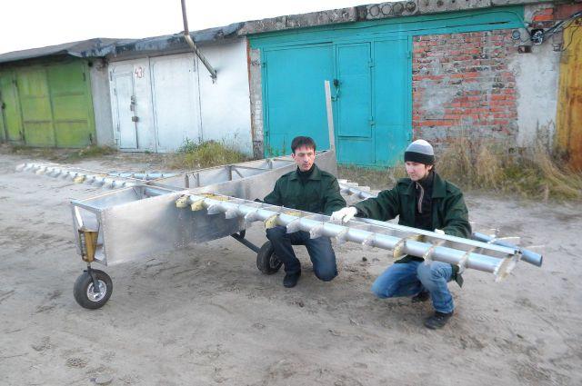 Вячеслав Широбоков и Андрей Чертков со своим детищем.