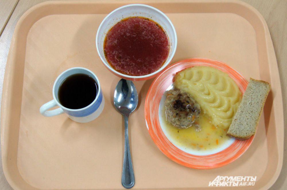 Калининград. Свекольник с мясом и сметаной, тефтелька мясная в соусе, картофельное пюре, чай, хлеб.