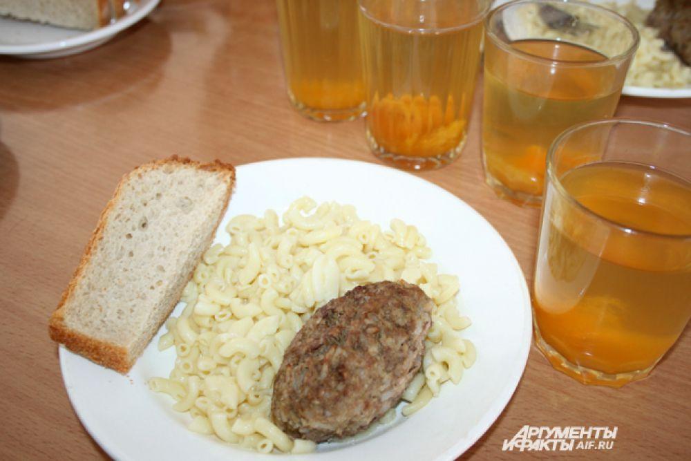 Екатеринбург. Макароны, котлета с рисом, компот.