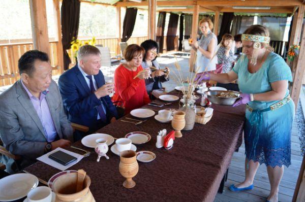 Конкурсная комиссия тем временем наслаждалась кумысом и салатом из сырой мороженной рыбы (своеобразной талой)