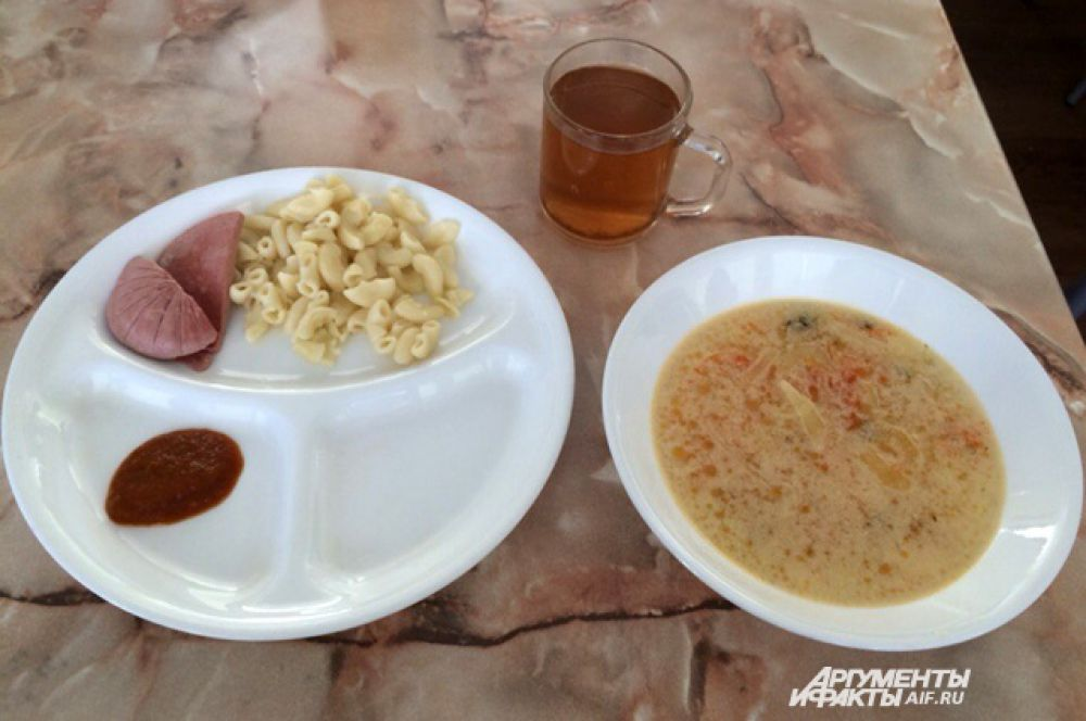 Липецк. Суп, макароны, колбаса, кетчуп, чай.