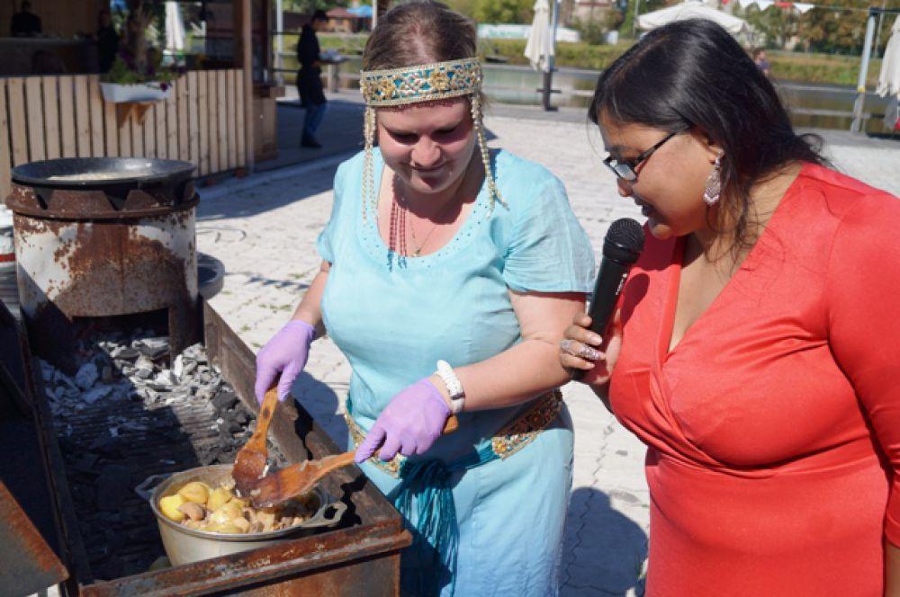 Для приготовления в мангале жаркого из оленины с грибами и молодым картофелем потребовалось минут 20