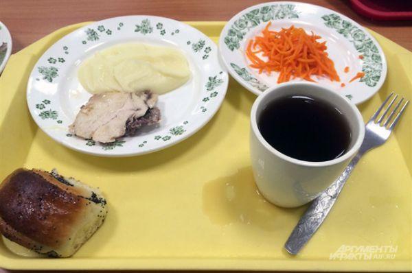Краснодар. Картофельное пюре, кусок курицы, морковь по-корейски, чай, булочка.
