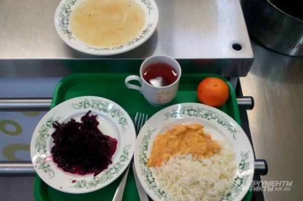 Москва. Суп, рис с мясным гарниром, салат из свеклы, чай, мандарин.