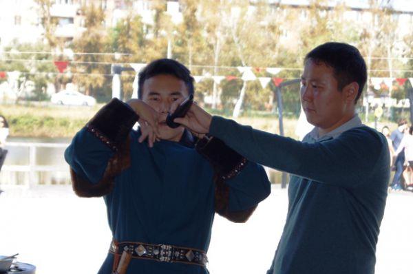 Гостей развлекал якутский варган. Исполнитель мастерски имитировал крики животных и шум леса