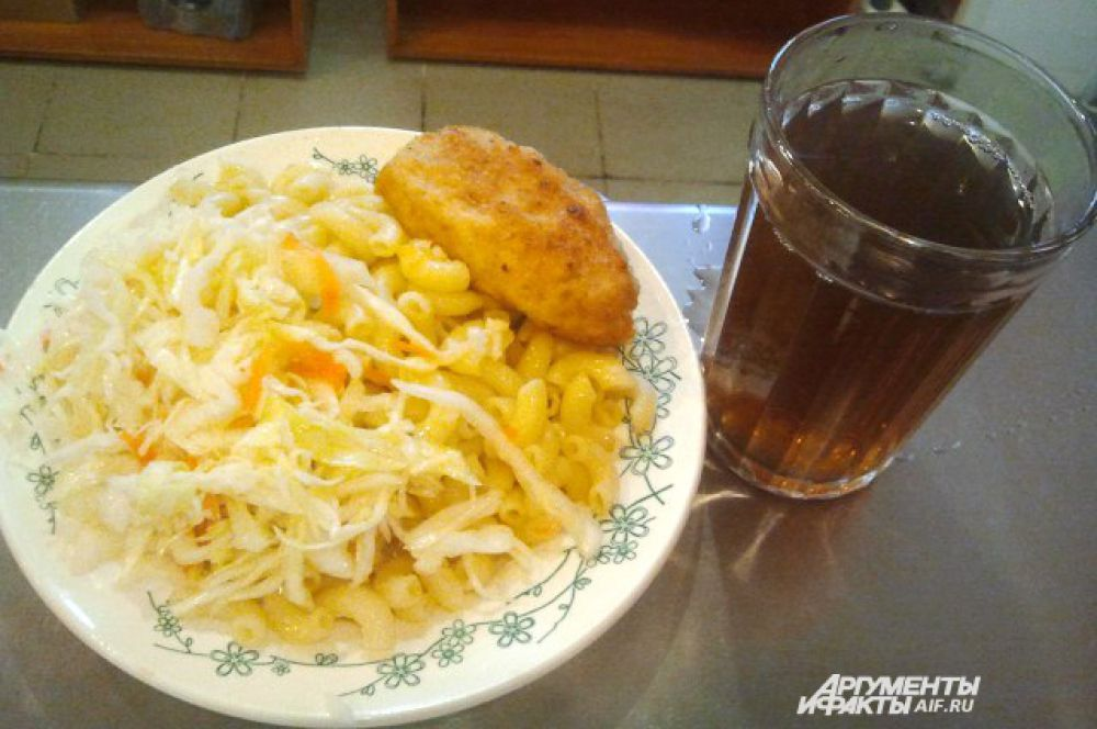Воронеж. Макароны, салат из капусты, котлета куриная, чай.