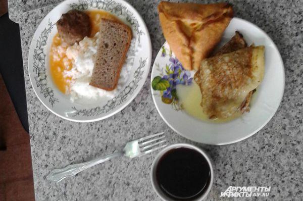 Онега, Архангельская область. Рис с мясной котлетой, блины с маслом, чай, пирожок с творогом.