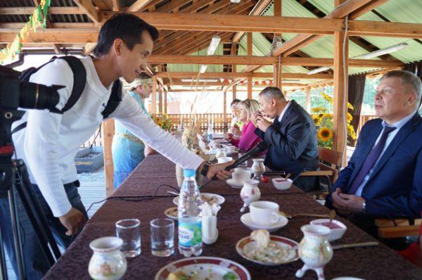 Журналист якутского телевидения тщательно изучал впечатления жюри, отведавших национальные блюда народа