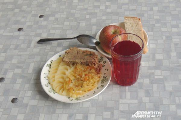 Челябинск. Картофельное пюре, отварная говядина, капуста припущенная, компот, хлеб, яблоко.