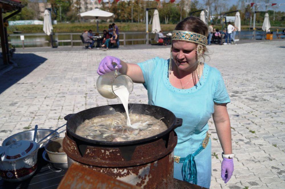 Особенность якутской ухи - молоко в бульоне, которое добавляется в конце приготовления