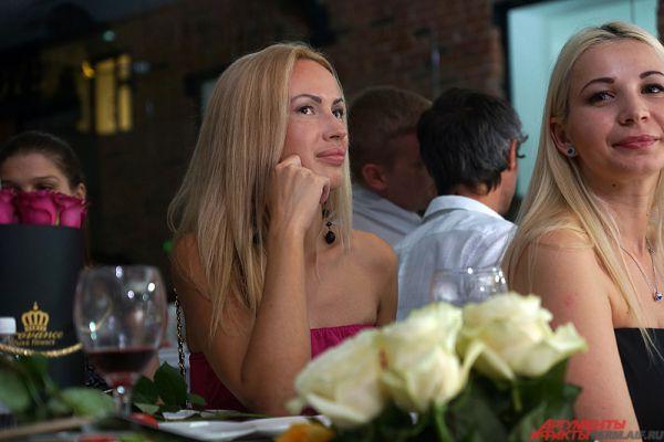 Среди зрителей находилось много красивых девушек.