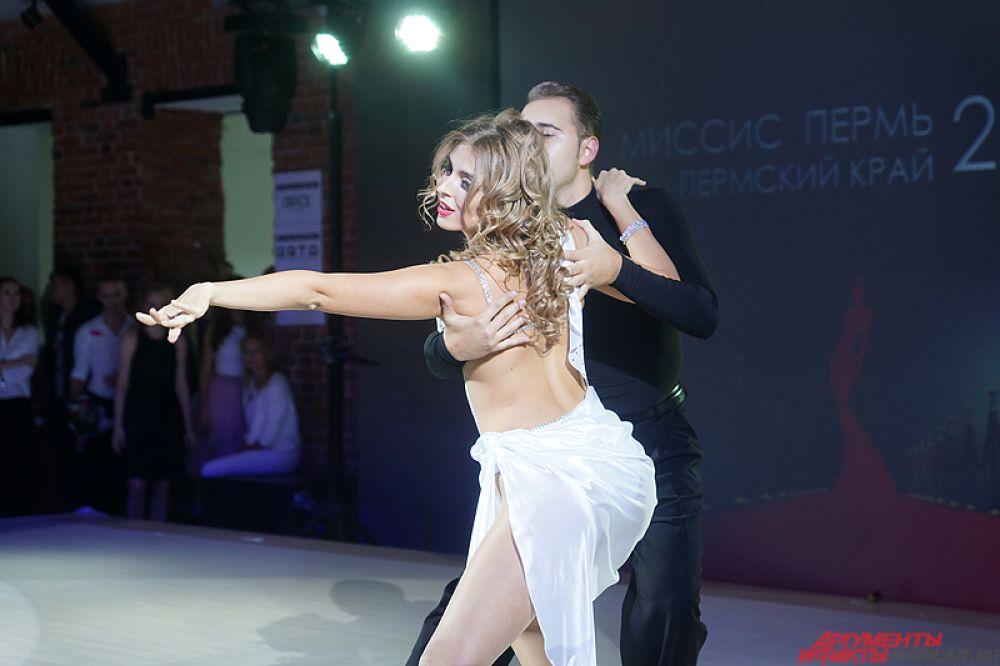 В прошлом году корону конкурса «Миссис Пермь» взяла Диана Габдуллина. В этот раз она исполнила красочный танец для зрителей.