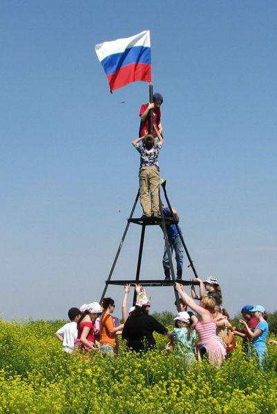 Водружение российского триколора волгодонскими школьниками в мае 2009 года.