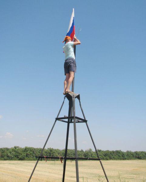 Традицией стало водружать на геодезическом знаке, установленном на вершине холма, флаг России.
