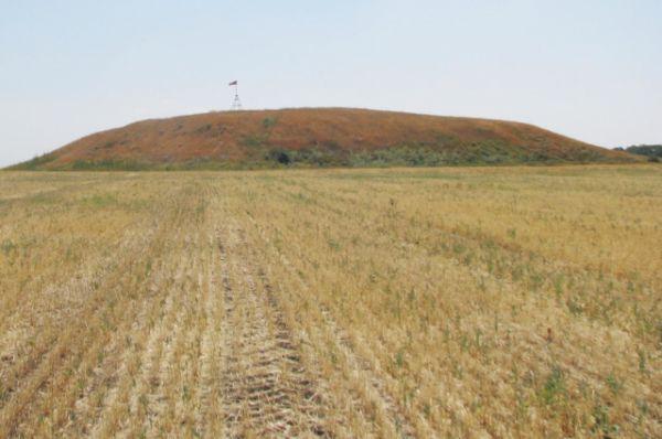 Уже много лет Синий Курган притягивает к себе внимание историков, археологов и других учёных.