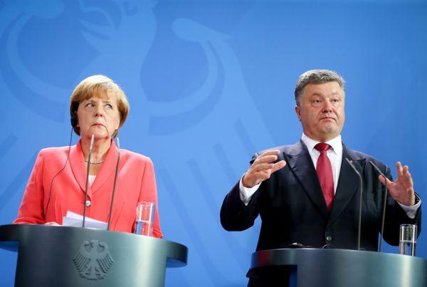 В 2002 году Порошенко стал членом фракции «Наша Украина». В Верховной Раде IV созыва руководил бюджетным комитетом. После выборов-2006 возглавил комитет по вопросам финансов и банковской деятельности, членом которого уже довелось быть во время первой депутатской каденции.