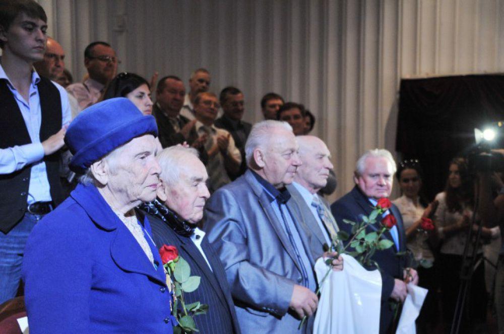 Ветеранов университета, которые пришли вместе со всеми отметить 80-летие ВолгГМУ, зал приветствовал стоя, бурными аплодисментами, в знак благодарности и глубокого уважения, почтения и признания заслуг.