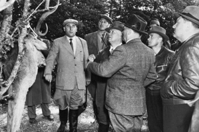 Никита Хрущев (в центре) и Иосип Броз Тито (стоит спиной) осматривают охотничий трофей. 1956 г.