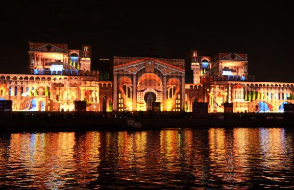 Световая проекция на комплексе зданий министерства обороны РФ на Фрунзенской набережной.