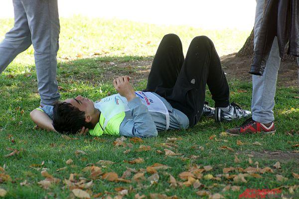 Из-за жаркой погоды многие участники отдыхали в тени.