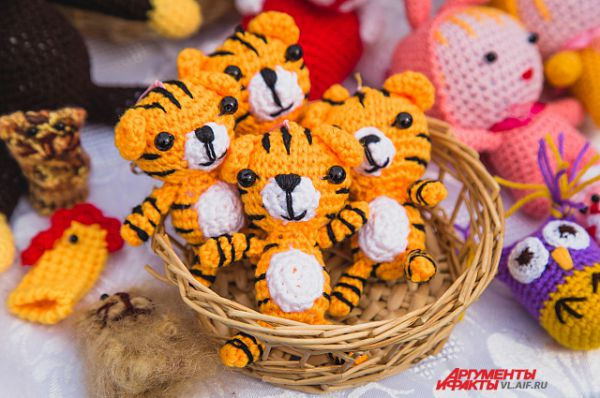 А вот кому лукошко тигрят?