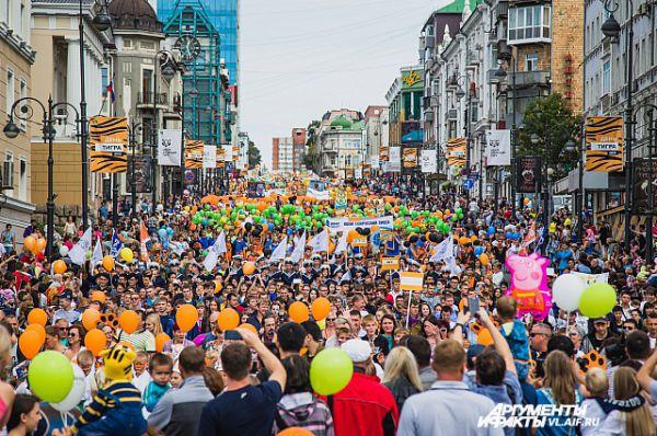 Карнавальное шествие заполонило весь Океанский проспект.