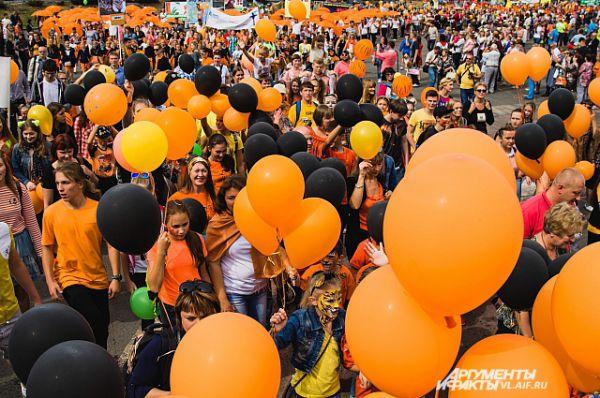 Тысячи шаров создали оранжевое настроение празднику.