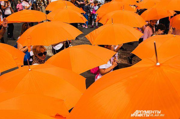 Зонты пригодились смекалистым приморцам вечером, когда пошёл дождь.